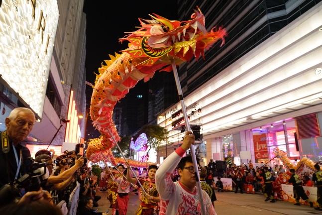 香港花车烟火喜迎新年 连场盛会嬉闹贺岁