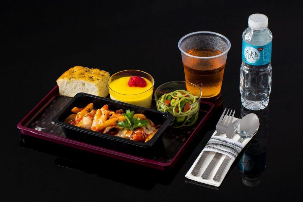 """卡塔尔航空推出全新经济舱机上餐食服务""""Quisine"""""""